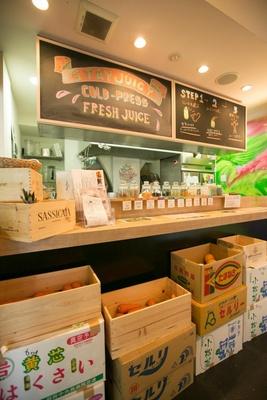 1月15日(水)にオープンした「サンシャインジュース恵比須」。通常は使い捨てのボトルに入れてくれるが、マイボトルを持参すれば、ジュースが20円引きに!