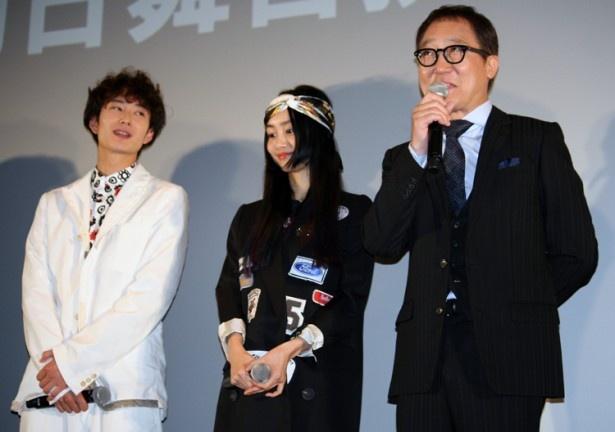【写真を見る】司会者から撮影現場での岡田の印象を尋ねられた佐野史郎(右)に「堂々たるもので!」とほめられと、岡田将生(左)は恥ずかしさのあまり「俺の話やめましょう!!」と困り顔に