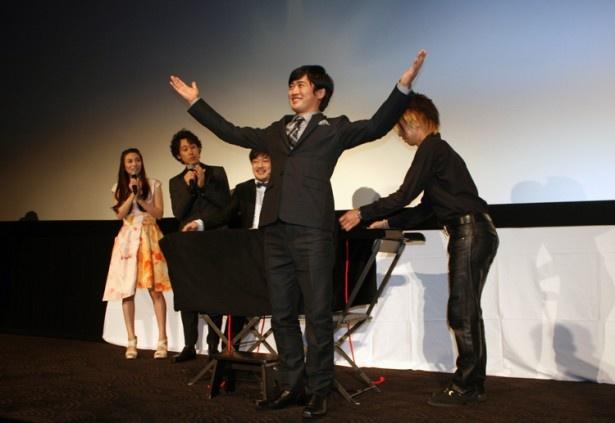 """""""空中浮遊""""成功に観客は拍手喝采! しかし、劇団ひとりは「俺は何がすごかったのかわからないっス」ときょとんとした表情"""