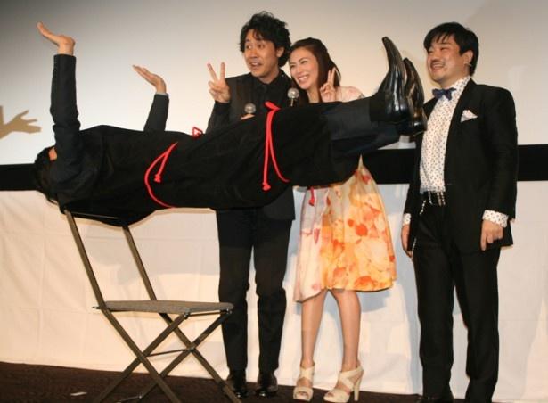 【写真を見る】劇団ひとりがマジック「空中浮遊」に成功し、大興奮する大泉洋と柴咲コウ
