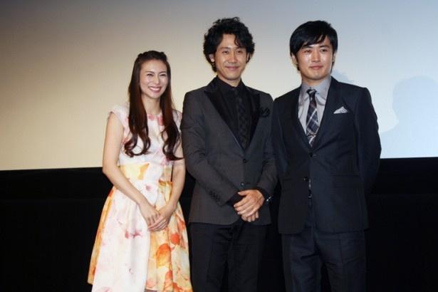 映画「青天の霹靂」初日舞台あいさつに登壇した(左から)柴咲コウ、大泉洋、劇団ひとり