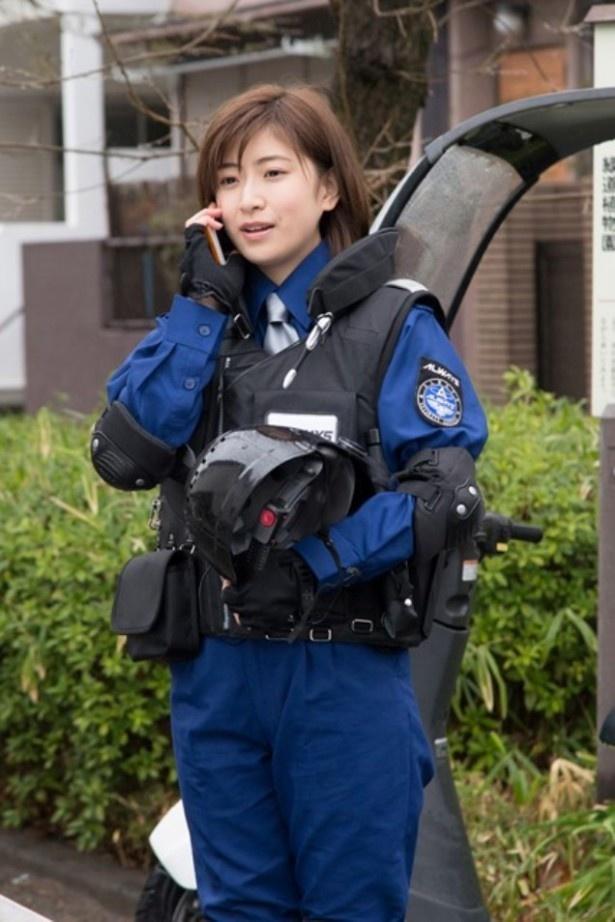 【写真を見る】柳葉敏郎演じるセンター長の戸倉と親密な会話を交わす謎の新人警備員を演じる