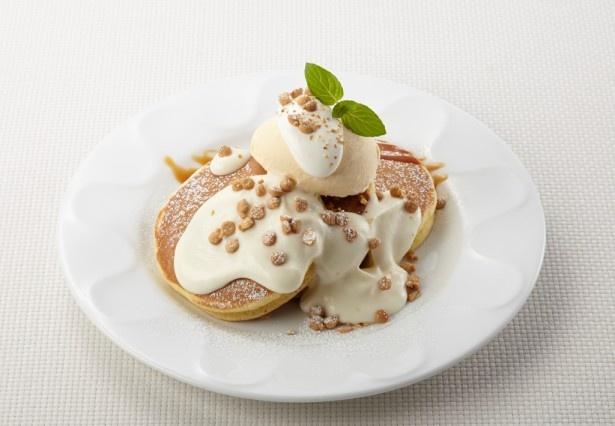【写真を見る】ホワイトチョコクリームにキャラメル風味のビスケットチップが載ったホワイトチョコクリームパンケーキ(599円)