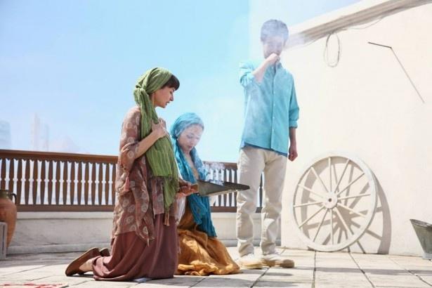 【写真を見る】ウズベキスタンの健康法で、顔が隠れるほどの煙を浴びる加瀬亮