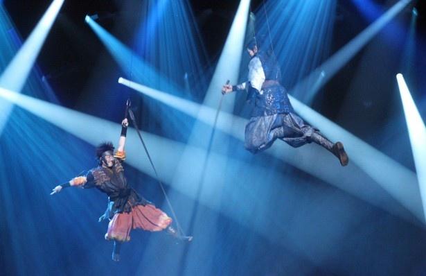 真田幸村と十勇士の成長と戦いの日々を描いた舞台「真田十勇士」でワイヤアクションに挑んだ中村勘九郎(写真左)と松坂桃李(写真左)