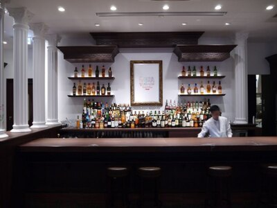 「GINZA RAKUGAKI Cafe&Bar by Pentel」の店内。落書きをしに行くなら、余白がまだある早い時期がオススメ!?