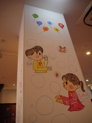 柱に描かれた見覚えのある男の子と女の子の絵!ぺんてるクレヨンのパッケージでおなじみのペペ君とルルちゃんだ