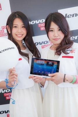 【写真を見る】Lenovoガールに使い方を教えてもらい、早速タッチ&トライ!