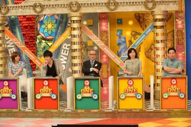 【写真を見る】「タカトシの世界まるっとアンサーワン」でパネリストとしてクイズに答える(左から)アイドリング!!!・菊地亜美、博多大吉、山田五郎、岡江久美子、タカアンドトシ・トシ