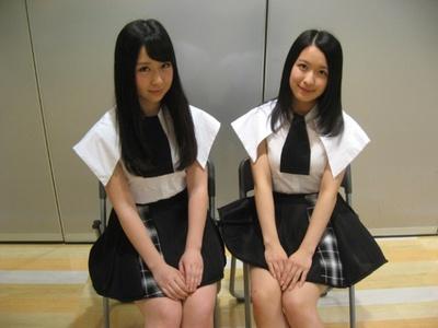 「東京女子流」の小西彩乃(左)と中江友梨(右)