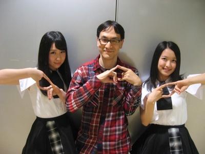 2014年5月12日、タワーレコード梅田NU茶屋町店にて。 劇中に登場する「狐の窓」のポーズです。