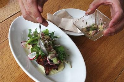 豚バラ肉にキウイ漬けサルサをかけてから食べる