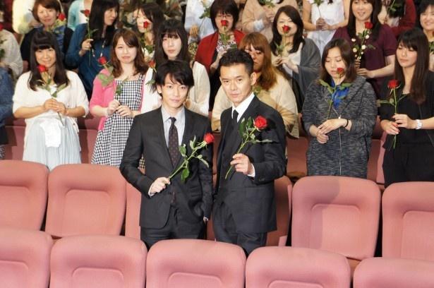 ドラマ「ビター・ブラッド」の「キュン2女子限定 ファン感謝イベント」に登場し、真っ赤なバラを手にファンと一緒に記念撮影をする佐藤健(左)と渡部篤郎(右)