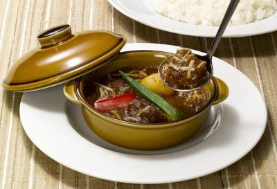 """【写真を見る】""""シェフの味を楽しむ""""がテーマの新メニュー「アンガスビーフ The ROYAL 欧風カレー」は、肉の旨味を引き出したロイヤルホストらしいカレー。1165kcal"""