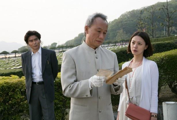 【写真を見る】佐久(小澤)は外国へ移住して名前と国籍を変えたバギ・スカルナこと仲正(西村雅彦)を追う!