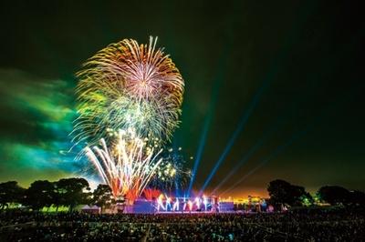 花火、レーザー光線、音楽が一体となって夜空を豪華に彩る花火大会「ビームスぺクター in ハーバー」。 全国でも珍しい演出で、一見の価値あり!