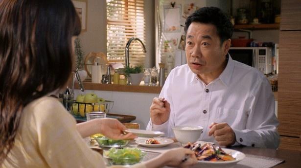 丸美屋「麻婆茄子の素」に父親役で出演する三宅裕司