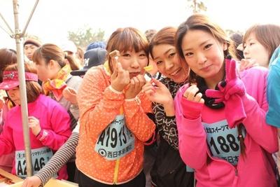 ケーキやフルーツをゲットして、マラソン真っ最中とは思えないご機嫌な表情の女性達