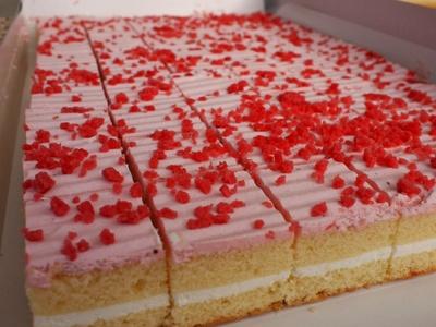 食べやすい一口サイズにカットされたふわふわスポンジケーキ