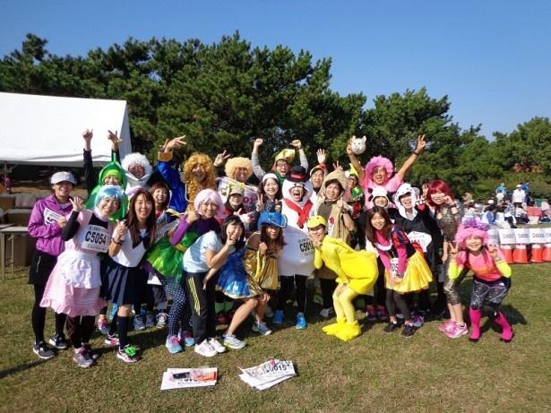 大会を盛り上げる個性豊かな仮装ランナー達。仮装コンテストの優勝者には景品もある