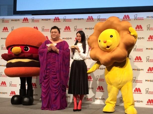 「MOSDO!」の新商品・新CM発表会に登場し、新商品を手に持ってアピールするマツコデラックス(左)と忽那汐里(右)