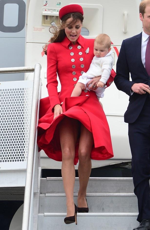 スカートがまくれ上がり、お尻が露わになったところを撮られてしまったキャサリン妃