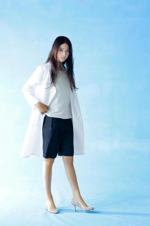 【写真を見る】武井が先輩・米倉涼子も顔負けの白衣姿を披露!
