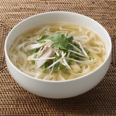お米の麺と鶏肉の旨味が効いたあっさりスープを合わせた「手づくりキット ベトナム風フォー」は、麺やスープを2回分の包装に分け、1食ずつ2回作れるようにリニューアル