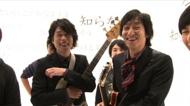 PVの撮影中に談笑するジョンB(画像左)とウルフルケイスケ(画像右)