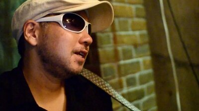 レディオ湘南パーソナリティのはっとは、湘南で活動するシンガーソングライター