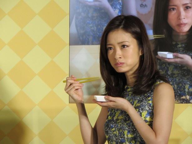 """【写真を見る】""""キャラメルバナナ寿司""""を食べた上戸彩はこの表情!"""
