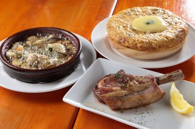 仔羊のロースト(税込650円)など本格的な料理も屋台価格!/スペインバル オルケスタ