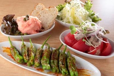 ししとうのプランチャ、タラモサラダ、スペイン風大根サラダ、ツナトマトの4種類は、なんと1皿180円/バルナゴヤV