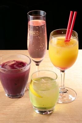 スペインカクテルやワインが充実。自家製サングリア(480円)は甘口とすっきりの2種類/バルナゴヤV