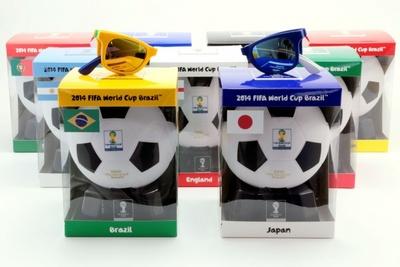 FIFA ワールドカップ オフィシャルライセンス プロダクト/サングラス(5000円)。パッケージデザインも各国国旗の配色に。今回の優勝国は、モデルとなった9か国の中から出るか?