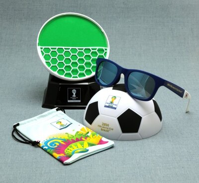 【写真を見る】ディスプレイ台として飾っても楽しい「サッカーボール型ケース」は、開けばフィールドをイメージしたグリーン。 ゴールネットのポケットには小物を収容可能!