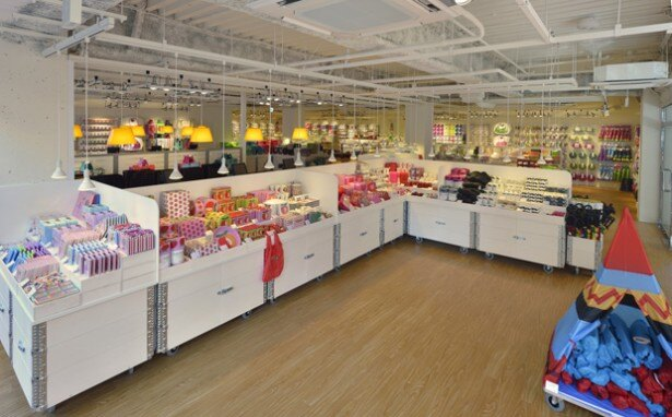 お台場ストアの店内。カラフルで楽しいデザインの雑貨たちが常時2000種類程度並んでいる