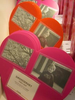 【写真を見る】ハート型がキュート!写真を飾れるテーブルマット(200円)は、ありそうでなかったアイディア商品