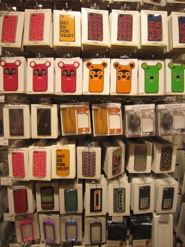 iPhoneカバー(300円)。プチプラなので、数個揃えて着せ替えしたい!