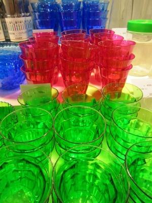 プラスチック製のコップ(2個100円)。パーティのテーブルを楽しく演出してくれる