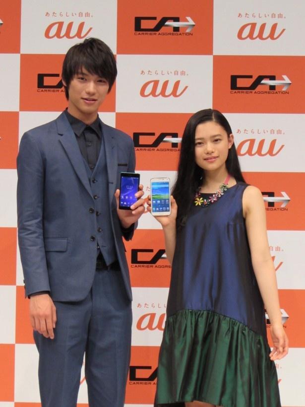 「au」新CM発表会に登場した新CMキャラクターの福士蒼汰(左)と杉咲花(右)