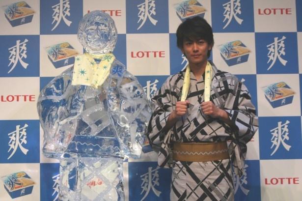 ロッテのアイス「爽」の新CM発表会に登場し、等身大氷像とのツーショットを見せる佐藤健