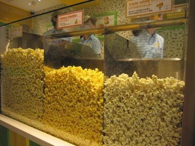 ショーケースにはポップコーンがたっぷり!店内は香ばしい匂いで満たされ、食欲をそそる