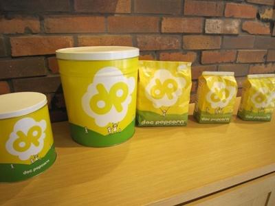 【写真を見る】ポップコーンのパッケージ。その場ですぐに食べる場合は、袋から溢れるほどのポップコーンを提供!