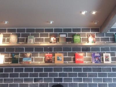 棚にある書籍が内観のアクセントになっている