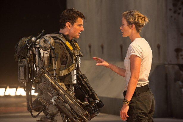 機動スーツを装着し、カリスマ女性兵士から訓練を受ける劇中のトム・クルーズ