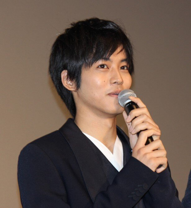 莉子を取材する雑誌編集者・小笠原悠斗役の松坂桃李