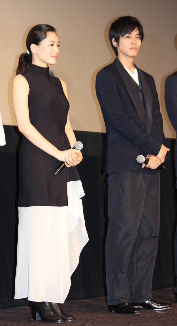 綾瀬はるかは白×黒のシックなドレス姿で登場した