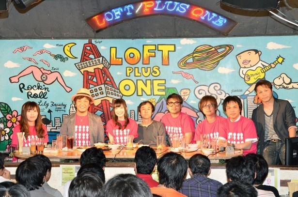 イベント「てさ部部会」の登壇者。萌舞子役の上田麗奈(左から3番目)、監督の石ダテコー太郎(左から2番目)らはお酒を呑みながら、掲載判断に困る奔放なトークを繰り広げた
