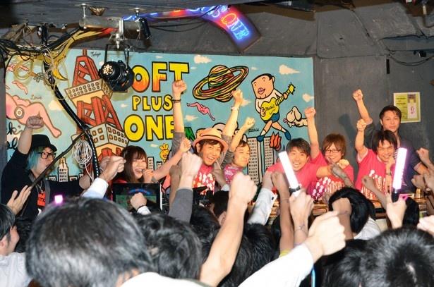 作品のオープニング曲「Stand Up!!!!」のフレーズに合わせて拳を突き上げる会場の人々。公式ツイッターによると、女性客は0人だったという